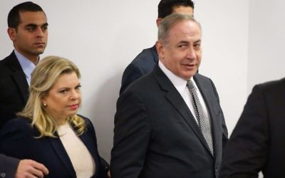 Prime Minister Benjamin Netanyahu and his wife Sara arrive to the Magistrates Court in Tel Aviv to a court hearing against journalist Igal Sarna on March 14, 2017. (Moti Kimchi/Pool)