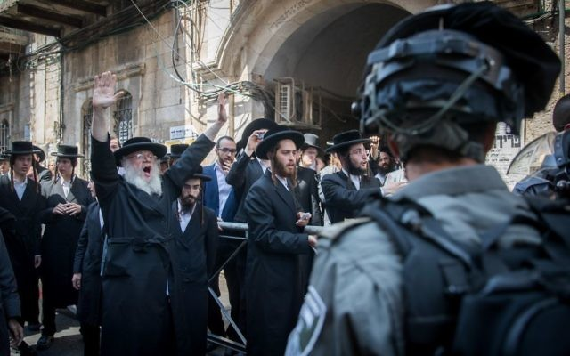 Israeli police officers clash with ultra-Orthodox Jews during an operation to arrest the attackers of soldiers at the Mea Shearim in Jerusalem on June 4, 2017. (Yonatan Sindel/Flash90)