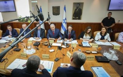 Prime Minister Benjamin Netanyahu leads the weekly cabinet meeting in Jerusalem on June 25, 2017. (Marc Israel Sellem/POOL)