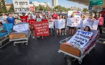 Illustrative: Parents and supporters of young cancer patients from the hematology-oncology department at Hadassah Hospital Ein Kerem protest against Health Minister Yaakov Litzman and the hospital's CEO Zeev Rotstein in Jerusalem on June 27, 2017. (Yonatan Sindel/Flash90)