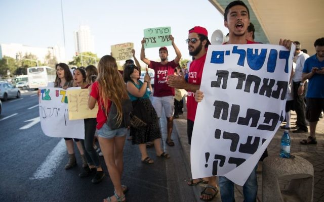 Parents and supporters of young cancer patients in the hema-ontology department in Hadassah Hospital Ein Kerem protest against Health Minister Yaakov Litzman and the hospital's CEO Zeev Rotstein in Jerusalem on June 27, 2017. (Yonatan Sindel/Flash90)