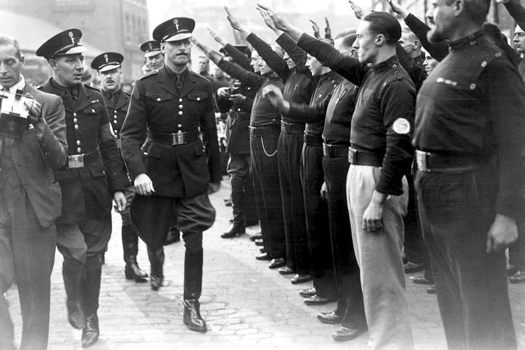Oswald Mosley walks by fascist Blackshirts in salute, circa 1936. (CC-SA 4.0/ Felipe cuesta)