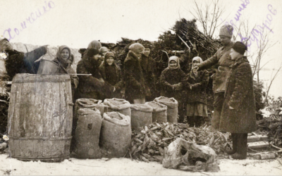 Soviet Red Army soldiers confiscate vegetables from villagers in the Odessa province, 1932. (Public domain)
