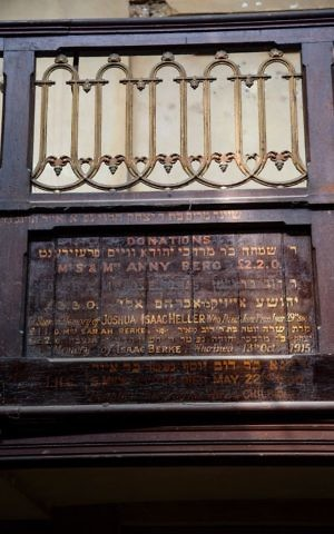 Plaque listing synagogue donations at 19 Princelet St. (Ed Marshall/19 Princelet Street)