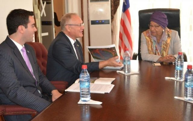 Israeli Ambassador to Ghana and Liberia Ami Mehl, left, Yossi Abramowitz, center, and Liberian President H.E. Ellen Johnson Sirleaf, discuss future solar fields and Liberia's energy sector on Sunday, June 4 2017. (courtesy Energiya Global)