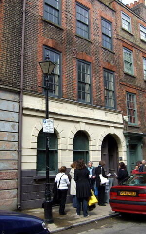 Number 19 Princelet Street Visitors wait for admission to the old synagogue and exhibition space. A bobbin can be seen by the first-floor right hand window.(CC. 2.0/ceridwen)