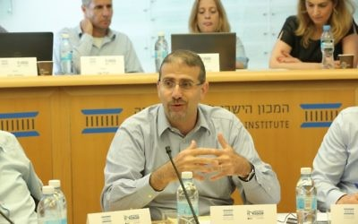 Dan Shapiro speaking at a panel event at Jerusalem's Israel Democracy Institute, June 4, 2017 (Oded Antman)