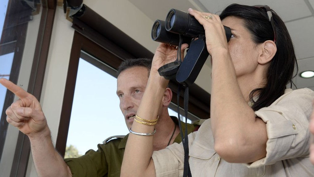 UN envoy Nikki Haley get a briefing from an IDF officer on the Lebanese border on June 8 2017  (David Azagury/U.S. Embassy Tel Aviv)