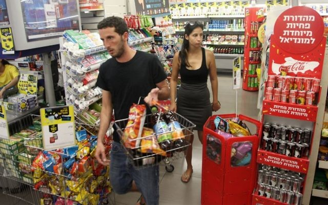 Israelis shopping in a convenience store in Tel Aviv, July 4, 2014. (Flash90)