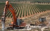 Construction workers begin work on the new settlement, Amichai, meant to resettle the evacuees of Amona, June 20, 2017. (Yonatan Sindel/Flash90)