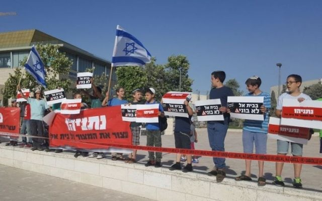 Beit El residents protest outside the Prime Minister's Office in Jerusalem on June 19, 2017. (Courtesy)