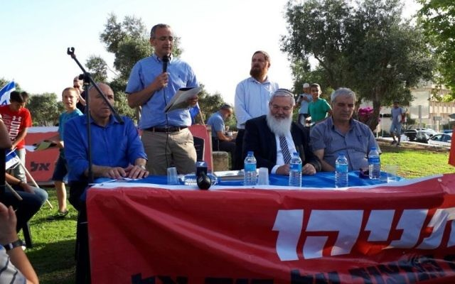 Beit El Mayor Shai Alon (second from left) addresses the crowd at a protest outside the Prime Minister's Office in Jerusalem on June 19, 2017. (Courtesy)