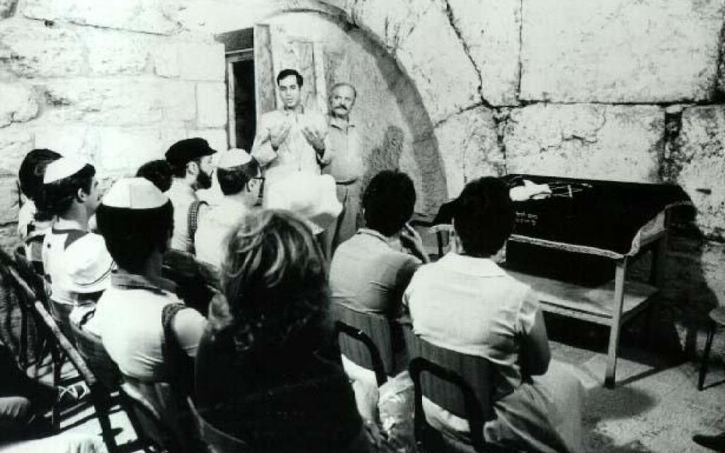 Rabbi Arnold Resnicoff leads a religious service at Wilson's Arch at Jerusalem's Western Wall in 1983. (Department of Defense/Public Domain)