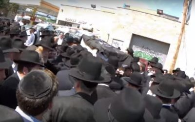 The coffin of Rabbi Meir Zlotowitz, founder of ArtScroll, is brought for eulogies in Boro Park, New York, June 25, 2017 (YouTube screenshot). He is to be buried in Beit Shemesh in Israel.