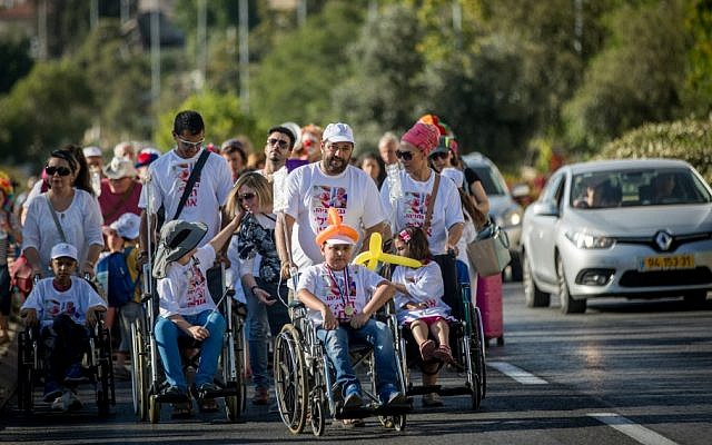 Parents and young cancer patients from Hadassah Hospital,  Ein Kerem, march in protest against Health Minister Yaakov Litzman and hospital CEO Zeev Rotstein in Jerusalem, June 7, 2017. ( Yonatan Sindel/Flash90)