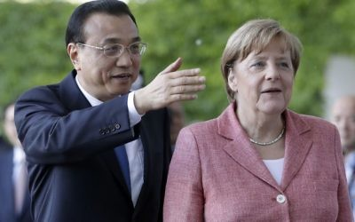 German Chancellor Angela Merkel, right, looks on as China's Premier Li Keqiang, left, gestures during a welcome ceremony as part of a meeting at the chancellery in Berlin, Germany, Wednesday, May 31, 2017. (AP Photo/Michael Sohn)