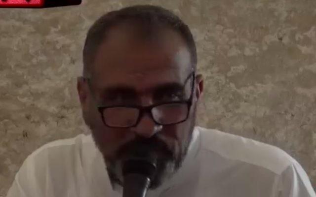 Sheikh Muhammad 'Ayed lectures worshipers at Jerusalem's Al-Aqsa Mosque (MEMRI/Screencapture)