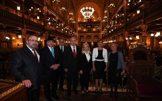 PM Netanyahu and Hungarian PM Viktor Orban visit the Dohany Street Synagogue in Budapest before speaking at an event at the adjacent JCC, July 19, 2017 (Haim Tzach/GPO)