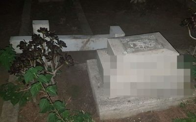 A tombstone vandalized in the Templar Cemetery in Haifa (Israel Police)
