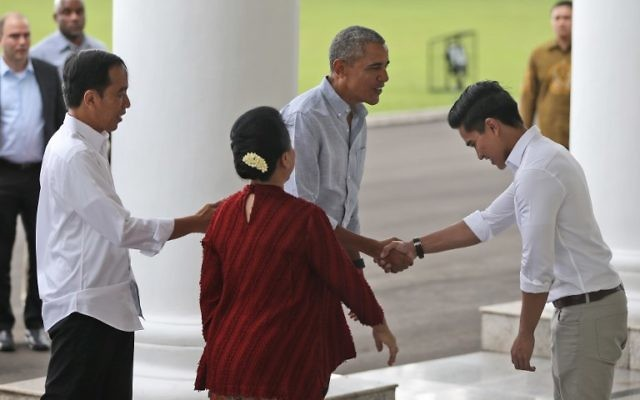 Indonesian President Joko Widodo (L), accompanied by his wife Iriana Widoro (2nd L), introduces his son Kaesang Pangarep to former US president Barack Obama (C) upon Obama's arrival for their meeting at the Bogor Presidential Palace in Bogor on June 30, 2017.(AFP PHOTO / POOL / DITA ALANGKARA)