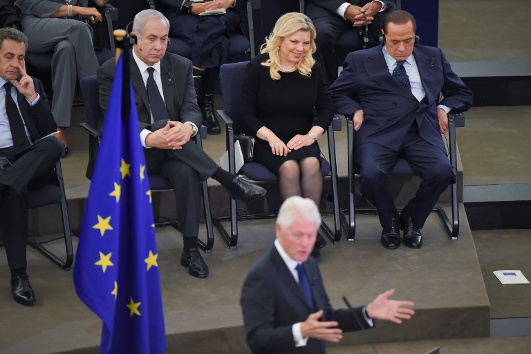 (FromL) Former French President Nicolas Sarkozy, Israeli Prime Minister Benjamin Netanyahu and his wife Sara and former Italian Prime Minister Silvio Berlusconi listen to former US President Bill Clinton (C) during a ceremony for late German Chancellor Helmut Kohl at the European Parliament in Strasbourg, eastern France, on July 1, 2017. (AFP PHOTO / PATRICK HERTZOG)