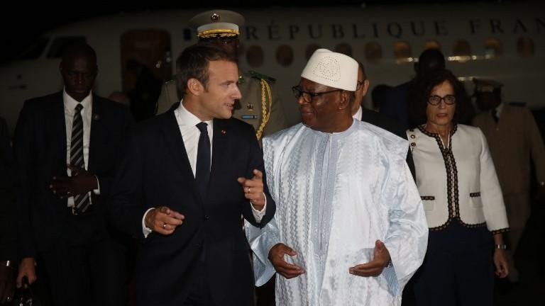 French President Emmanuel Macron (L) talks to Mali's President Ibrahim Boubacar Keita as he arrives at the Modibo Keita international airport in Mali on July 2, 2017. (AFP Photo/Pool/Luc Gnago)