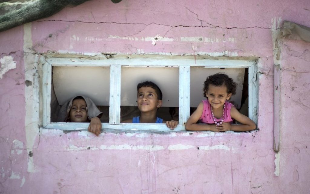 Palestinian children during a heatwave at the al-Shati refugee camp in Gaza City on July 2, 2017. (AFP Photo/Mahmud Hams)