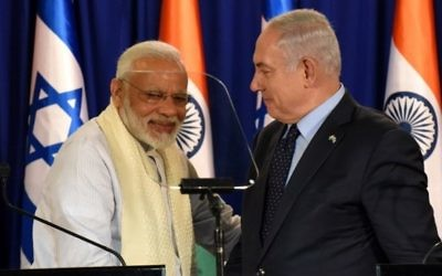 Indian Prime Minister Narendra Modi (L) and Israeli Prime Minister Benjamin Netanyahu shake hands following a statement on July 4, 2017, in Jerusalem. (AFP PHOTO / POOL AND AFP PHOTO / DEBBIE HILL)