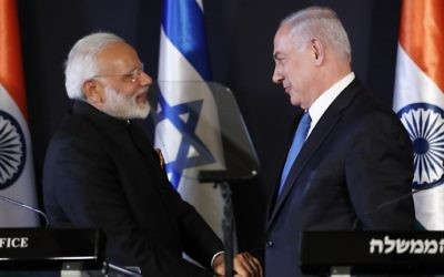Indian Prime Minister Narendra Modi, left, shakes hands with Prime Minister Benjamin Netanyahu, during a press conference in Jerusalem on July 5, 2017. (AFP Photo/Thomas Coex)
