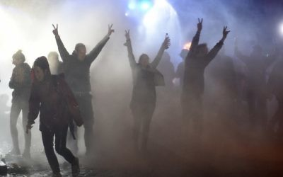 Demonstrators are doused with water cannon by police during riots on July 8, 2017 in Hamburg, northern Germany, after the leaders of the world's top economies gathered for a G20 summit.  (AFP / Christof STACHE)