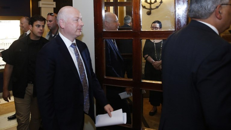 US President Donald Trump's Middle East envoy Jason Greenblatt (C) enters a room to hold a news conference about a water-sharing agreement between Jordan, Israel and the Palestinian Authority, in Jerusalem on July 13, 2017. (AFP Photo/Pool/Ronen Zvulun)