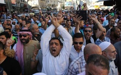 Protesters chant slogans in the Jordanian capital Amman on July 15, 2017 during a demonstration against the closure of the Al-Aqsa mosque compound in Jerusalem, which Israeli security forces closed a day earlier after Arab gunmen killed two Israeli policemen in the Holy City. (AFP PHOTO / KHALIL MAZRAAWI)