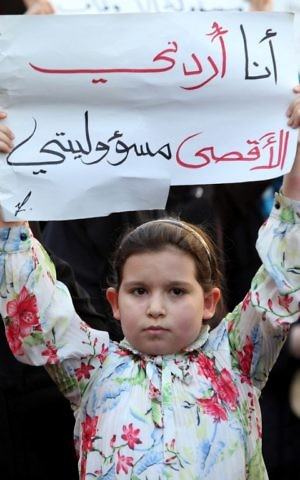 A young girl holds a placard reading in Arabic ''I'm Jordanian, the Al-Aqsa is my responsibility'' in the Jordanian capital Amman on July 15, 2017 during a demonstration against the closure of the Al-Aqsa mosque / Temple Mount compound in Jerusalem, which Israeli security forces closed a day earlier after Arab gunmen killed two Israeli policemen there (AFP PHOTO / KHALIL MAZRAAWI)