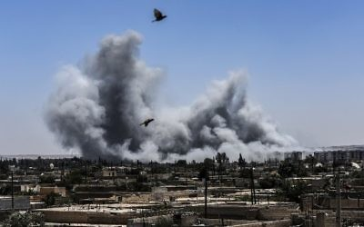 Smoke billows following an airstrike on the western frontline of Raqqa, Syria, July 15, 2017. (AFP/BULENT KILIC)