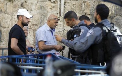 Israeli border policemen inspect the documents of Palestinians in Jerusalem's Old City, on July 16, 2017. (AFP PHOTO / Menahem KAHANA)