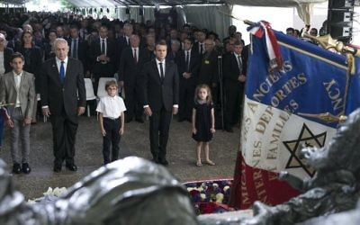 Prime Minister Benjamin Netanyahu (2nd L) and French President Emmanuel Macron (2nd R) pay their respects after laying wreaths during a ceremony commemorating the 75th anniversary of the Vel d'Hiv roundup in Paris on July 16, 2017. (AFP Photo/Pool/Kamil Zihnioglu)