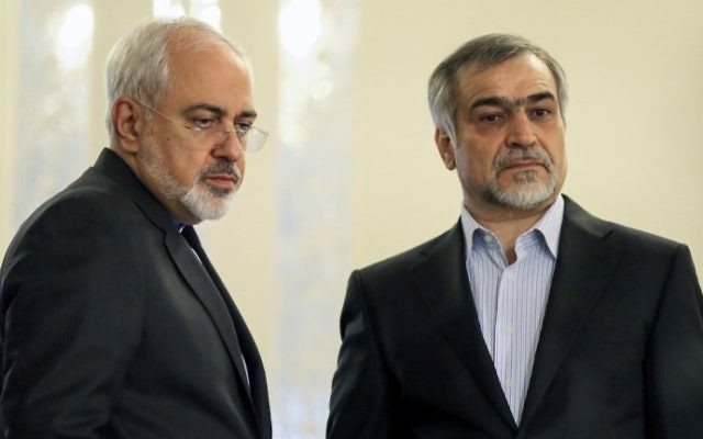 Iranian Foreign Minister Javad Zarif (L) standing alongside Hossein Fereydoun, President Hassan Rouhani's younger brother and adviser, during a press conference in Tehran, April 3, 2015. (AFP Photo/Atta Kenare)