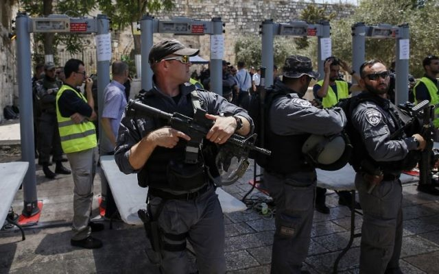 Israeli Border police stand guard by newly-installed security metal detectors at the entrance to the Temple Mount  in Jerusalem's Old City, on July 16, 2017. (AFP PHOTO / AHMAD GHARABLI)