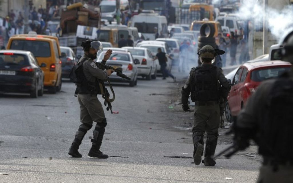 Israeli security forces clash with Palestinian protesters during clashes at the Qalandiya checkpoint in the  West Bank on July 23, 2017. (AFP Photo/Abbas Momani)