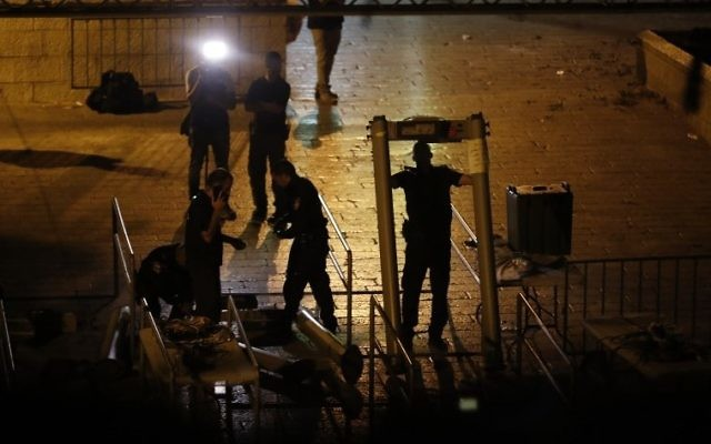 Israeli security forces take down metal detectors at the Lions' Gate, near a main entrance to the Temple Mount in Jerusalem's Old City, on July 24, 2017. (AFP/ Ahmad GHARABLI)