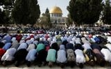 Muslims pray at the Temple Mount on July 27, 2017.(AFP Photo/Ahmad Gharabli)