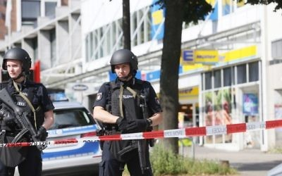 Police cordon off the area around a supermarket in the northern German city of Hamburg, where a man killed one person and wounded several others in a knife attack, on July 28, 2017. (Paul Weidenbaum/DPA/AFP)