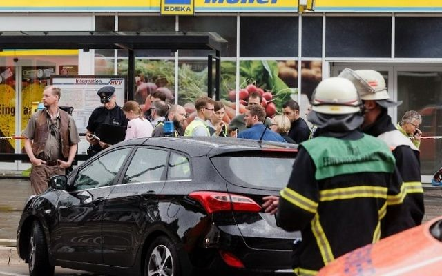 Police investigator work at the area around a supermarket in the northern German city of Hamburg, where a man killed one person and wounded several others in a knife attack, on July 28, 2017. (AFP/ dpa / Markus Scholz)