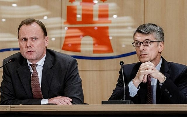 Hamburg's Interior Minister Andy Grote (L) and Hamburg's police president Ralf Martin Meyer give a press conference on July 29, 2017, in Hamburg, Germany. (AFP Photo/dpa/Markus Scholz)