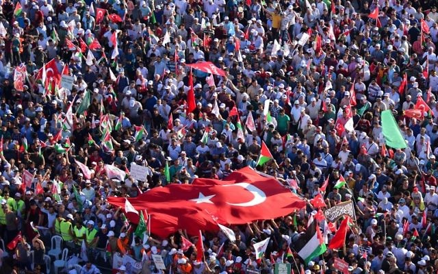 A general view shows protesters waving Turkish and Palestinian flags during a demonstration in Istanbul on July 30, 2017, to protest against measures taken by Israel in Jerusalem and to show solidarity with the Palestinians. (AFP PHOTO / YASIN AKGUL)