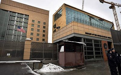 Russian policemen stand guard in front of the US Embassy in Moscow, on December 30, 2016. (AFP/ Alexander Nemenov)