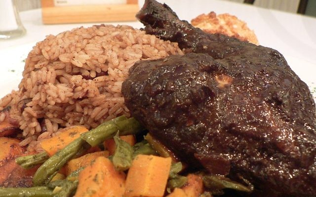 An illustrative plate of jerk chicken served with rice, carrots and green beans. (CC BY-SA, Wikimedia)