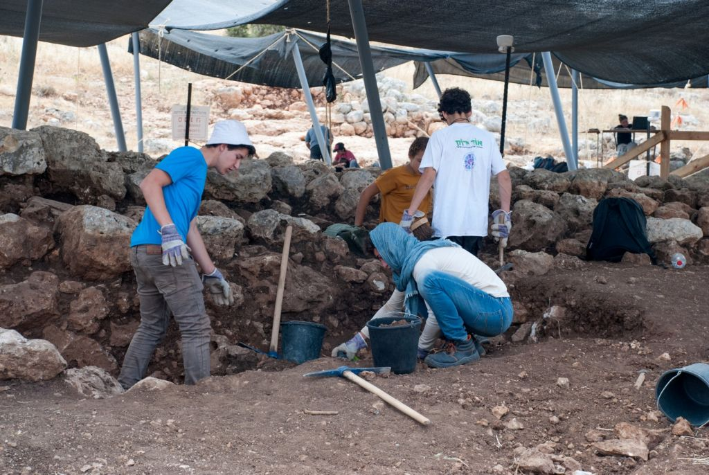 Dozens of high school students participated in the Rosh Ha-Ayin dig, summer 2017. (Gili Stern, IAA)