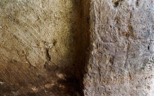 Engravings on the walls in the Rosh Ha'Ayin water system from 2,700 years ago: Human figure. (Assaf Peretz, IAA)