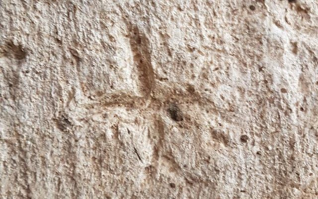 Engravings on the walls of the Rosh Ha'Ayin water reservoir: Human figures and crosses. (Gilad Itach, IAA)